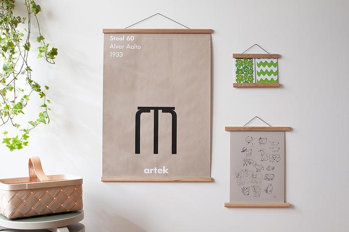 木製でナチュラルなインテリアにマッチするポスターハンガーです。SMLと3種類のサイズがあるので、ポスターのサイズに合わせて選べます。ポスターが多少小さかったり、はみ出していたりしても大丈夫。肩の力を抜いて飾れるのがgood!