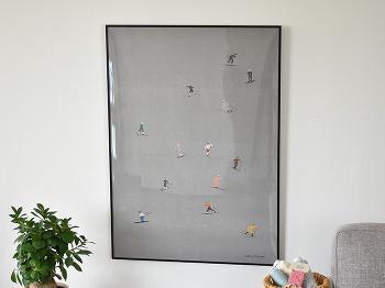 グレーベースでシックな中に、遊び心のあるポスターです。小さいスキーヤーたちが描かれていて可愛いですね!大きく腕を振っていたり、かっこよく滑っていたり。じっくり眺めていたくなるデザインです。