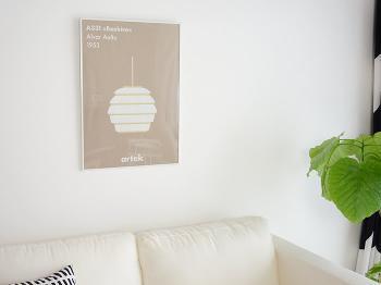 どんな部屋にも馴染むナチュラルなポスター。北欧の人気ブランド「Artek」のペンダントライトが描かれています。フレームはホワイトだと明るく、ブラックだと引き締まった印象に。
