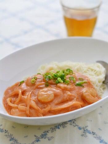 トマトジュースと豆乳で優しいトマトクリーム味。冷凍むきエビと玉ねぎで10分もかからず出来上がるスピードレシピ。パスタ感覚で食べられますよ!