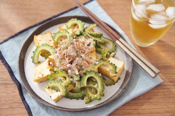 基本のゴーヤチャンプルーから味付けを変えたり、食材を変えたりすれば、色々な味を楽しめて夏の間、飽きずにいただけます。こちらのレシピは豆腐ではなく厚揚げを使い、味付けもみそとマヨネーズを加えて作ります。シンプルなゴーヤチャンプルーにコクが出て、よりゴーヤの苦味が和らぐので、ゴーヤが苦手な方でも美味しくいただけるかも。