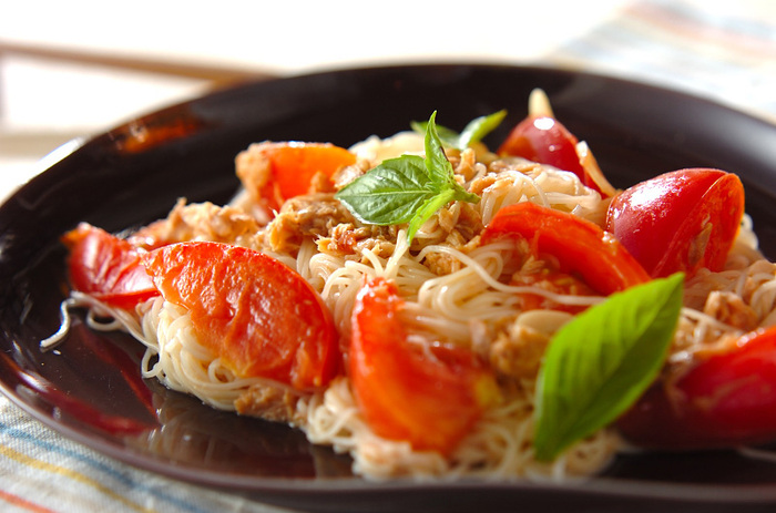 トマトとツナ缶で作るイタリアン風のそうめんチャンプルーは、たっぷりのトマトとニンニクの香りが食欲をそそり、めんつゆのほのかな和の味もよく合い、つい食べ過ぎてしまいそう。