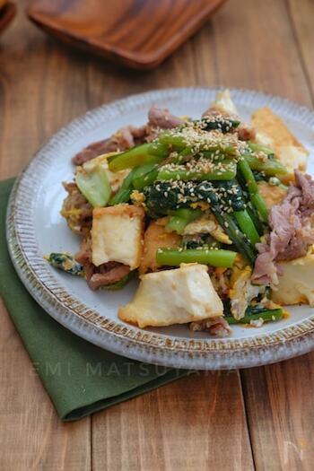 絹厚揚げで作る水切り不要の時短チャンプルー。美味しく仕上げるポイントは、絹厚揚げをカットする際に、一口大にちぎることで味が馴染みやすくなります。野沢菜漬けで味付けも簡単で美味しく仕上がるので、丼にしていただくのも◎。