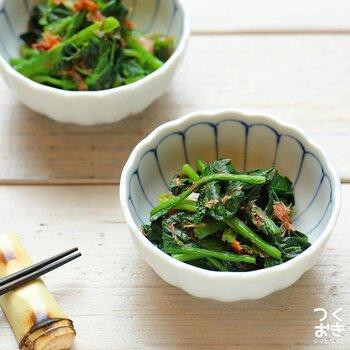 お弁当や夕食に、もう一品おかずが欲しいときにおすすめのレシピ。解凍したほうれん草とおかかなどを和えるだけで完成!冷凍ほうれん草をストックしておけば、ササッと簡単に作れます。