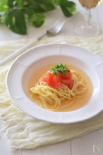 夏は冷たい麺が食べたくなりますよね。冷たいお出汁に少しお塩をプラスして、冷たいパスタに合わせれば、おしゃれな冷製パスタの完成です。トマトとお出汁の組み合わせも◎。食欲がない時にもオススメできる一品。