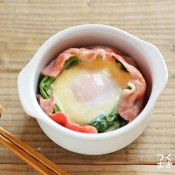 ほうれん草が苦手なお子さんでも、もりもりと食べられそうなレシピ。ベーコンを加えることで、カリッとした食感と卵のまろやかな味わいを楽しめます。耐熱容器に具材を入れて、レンジでチンするだけで完成◎