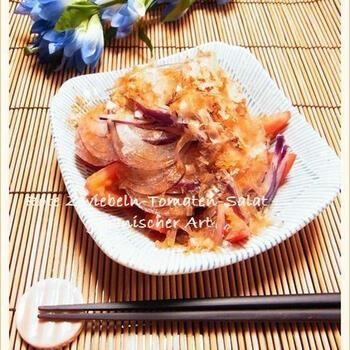 こちらは、和風の副菜。紫玉ねぎとトマトを、おかかポン酢でいただきます。紫玉ねぎは水にさらさなくてもOKですので、あっという間にできあがります。クリームチーズを加えるのもいいですね。