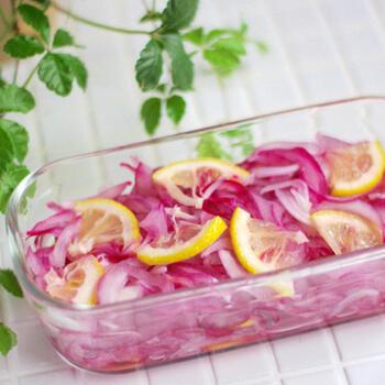 紫玉ねぎとレモンと塩、3つの材料でできる塩マリネ。紫玉ねぎのアントシアニンがレモンに反応して、パッとより鮮やかな色に。作り置きして、おしゃれな一品としてテーブルを飾りたいですね。