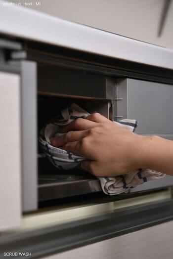 グリルの庫内は油汚れが多いので、セスキ水を使います。庫内にまんべんなくセスキ水を吹きかけたら、キッチンペーパーを貼り付けて1時間ほど放置。そのあとメラミンスポンジやブラシでこすっていきます。汚れ落ちが悪いようなら何度か繰り返しましょう。最後に水拭きして終了です。
