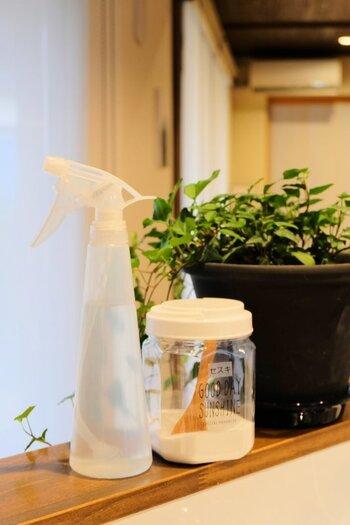 水拭きで目立った汚れは落ちていても、見えない汚れが残っている場合があります。1日に1回はセスキ水で拭き掃除しておきましょう。毎日が難しいなら数日に1回でもいいですね。油や調味料などの汚れに効くセスキ水をシュっと吹きかけて布巾で拭くだけでOK。