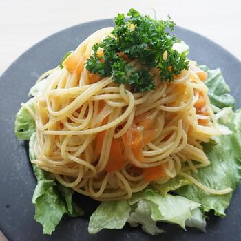 めんつゆを加えて、和のテイストを感じられるスパゲティサラダのできあがり♪ 大葉・みょうが・かつおぶしを和えて、本格的な和風のスパゲティサラダに仕上げるのもおすすめです。玉ねぎやニンジンを具材に使用していますが、どんな野菜とも相性がいいため、冷蔵庫の残り物野菜を使用しても美味しそう。