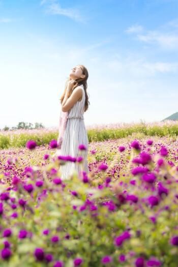 幸せだな。そう満たされている時、脳内では幸福に関する神経伝達物質がたくさん分泌されています。幸せホルモンとも呼ばれる伝達物質は次の5つにわけられます。  ・セロトニン型 ・オキシトシン型 ・テストステロン型 ・エンドルフィン型 ・ドーパミン型  セロトニン型が最も持続的で穏やかであるのに対し、ドーパミン型が瞬間的で興奮に近いです。