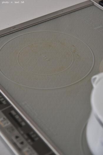 汚れが付着したまま調理を繰り返したり、底が汚れた鍋を使ったりすると焦げついてしまうことがあります。そんな場合には、クリームクレンザーか重曹を使ってこすり取っていきましょう。