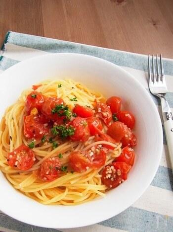 シンプルだけど美味しい、プチトマトのアヒージョをパスタにアレンジしたレシピ。アヒージョのオイルは、どれも余ったらパスタに絡めると美味しくいただけますよ♪特に魚介系は絶品です。