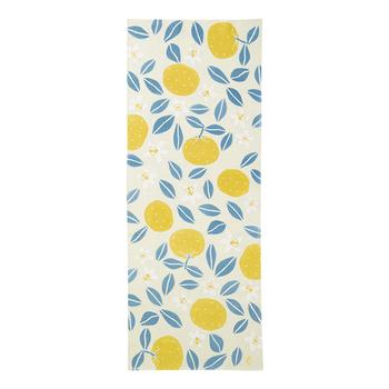 夏らしい爽やかなデザインの手ぬぐいです。夏蜜柑の黄色が鮮やかで、気分が上がりそうですね!白い花も可憐です。