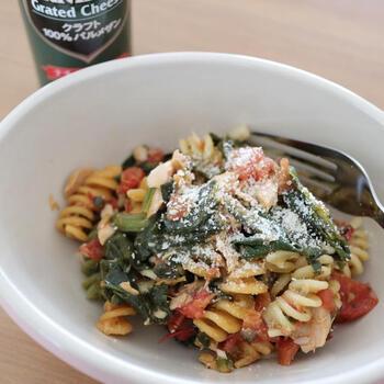 フリッジ・冷凍ほうれん草・ツナ缶などで作るパスタのレシピ。しめじやトマトも加えているため、栄養分をたっぷりと摂取できます。フライパンに次々と具材や調味料を入れて炒めるだけなので、洗いものが少なくて済むのもメリット。彩りがきれいなため、ホームパーティー用の主食としてもおすすめです。