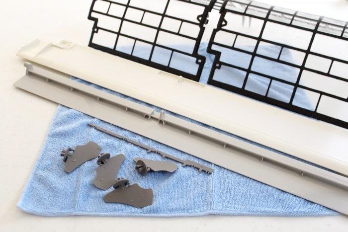 エアコンのフィルターにゴミや埃が詰まっていると、効率的に部屋を冷やすことができなくなり、電気代も高くなってしまいます。埃をそのままにしておくと、カビが生え、嫌な臭いの原因ともなります。毎日、エアコンを使うような時期では、フィルターのお掃除は2週間に1度を目安に行うようにしましょう。  最近のエアコンの上位機種にはフィルターを自動でお掃除する機能がついているものもあります。こうしたエアコンの場合は、汚れが気になったときにお手入れするだけで大丈夫です。