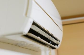 風量設定は「自動」にしておくのが一番効率的です。部屋が冷えるまでは強めの風を使い、一定の温度まで下がったら、風を弱めるというように自動的に調整してくれます。電気代を気にして、最初から「微風」などで運転していると、部屋の温度が下がるまで時間がかかり、かえって電気を使うことになってしまいます。