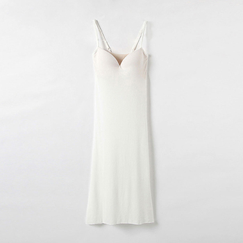 透けやすいワンピースやスカートを着る日に便利なワンピース型のインナー。胸部分もフラットなつくりで、トップスに響きません。何枚も重ね着したくない暑い夏にぴったりのインナーです。