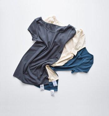 繊維長の長さが特徴のスーピマコットンにシルクを混紡した糸を使うことで、薄く伸びがいい生地に仕上がったインナー。フレンチスリーブなので、脇まで汗をしっかり吸い取ります。