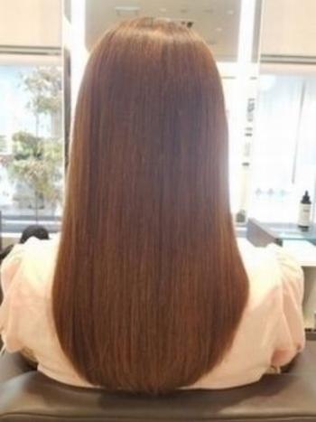 髪のダメージが気になる方はシャンプーやトリートメントを見直す良い機会かもしれないですね。 トリートメントは表面のみのコーティング力が強いものではなく、内部補修型のトリートメントを選びましょう。髪の内側の補修がしっかりとされれば、ダメージを受けにくくなり枝毛の予防なども期待できます。
