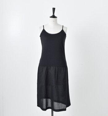ぴったりとした胴部分と薄い生地でふんわり広がるスカート部分が特徴的なインナー。柔らかく肌触りのいい胴部分とさらりと肌に貼りつきづらいスカート部分を組み合わせることで、汗をかきやすい夏でも快適なワンピース型インナーになっています。