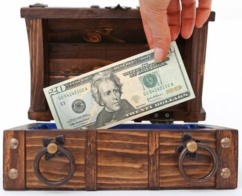 お金を使って余ったお金を貯金にまわすのではなく、収入があった時点でその一部をすぐに貯金へとまわすのが先取り貯金。実践している人も多いのではないでしょうか。どんなに余らせようと思っても、お財布にお金が入っていると気持ちが大きくなってついつい買ってしまうもの。先取り貯金は必須です。