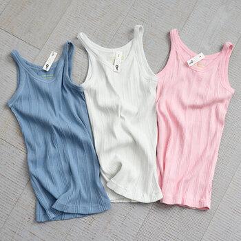 独特なリブデザインとポップなカラーがかわいらしいタンクトップ。羽織の中にTシャツ代わりに着れば、いつもとは違った新鮮な着こなしを楽しめそうです。