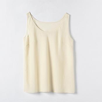 ちりめん独特の細かいシワが肌との間に隙間を作り、肌に張り付くことなく汗をかいても快適。オーガニックコットン100パーセントなのも安心です。襟ぐりが広いので、襟が開いた服を着るときにも見えづらそうですね。