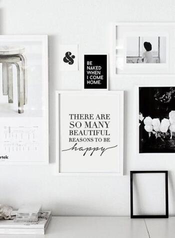 フレームに入れた、大中小のポスターを無造作にレイアウトした飾り方です。  ホワイトとブラックで統一されているので、モノトーンで一体感があります。ホワイトが多いと洗練された印象に、ブラックが多いとシックな印象に。