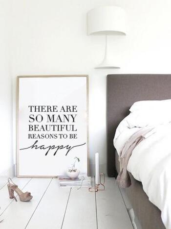 ポスターの魅力は、床に置いて立てかけるだけで様になること。無造作な雰囲気がさらにおしゃれにしてくれます。 ベッドの脇など、寂しくなりがちなスペースに。書籍やグリーンなどを一緒に置けば、素敵なディスプレイスペースのできあがり♪