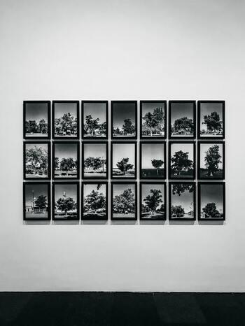 同じ大きさ、同じ形のポスターを規則正しく並べると、美術館のような整然としたレイアウトに。  カラフルなポスターを飾るときは、フレームは同じ色でまとめるとチグハグしません♪