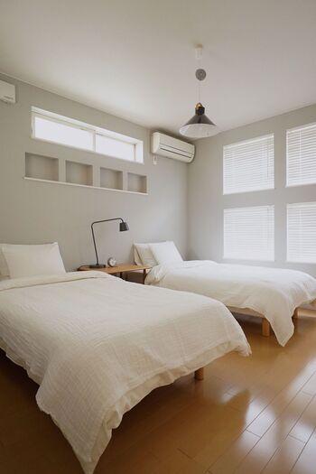 明るい色の面積が増えると、お部屋がすっきりと軽い印象になり、夏らしいさわやかな雰囲気が出ます。ポイントは「鮮やかな色」を選ぶのではなく、「明度の明るい」色を選ぶこと。ビビッドな赤やイエローなど、鮮やかな色の面積を増やすだけでは「夏っぽい」雰囲気になりません。明るい水色やモスグリーンを選んだり、濃い色を使うならその分、白の面積を増やしたりするのがオススメです。