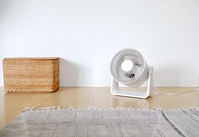 上のほうのご説明で、暑いと感じた場合、温度を下げるよりも、「風量強め」で体感温度を下げることをご紹介しました。体感温度を下げるには、エアコンの風量設定を変えるだけでなく、「扇風機」や「サーキュレーター」で、風を起こすことも効果的です。