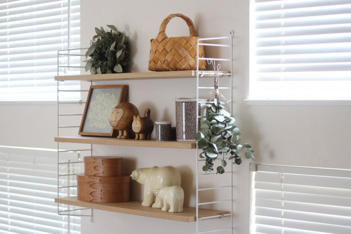 飾り棚にディスプレイとして置いただけの小ぶりのかごです。ナチュラルな雰囲気のお部屋にピッタリ。ほかの小物との相性も抜群ですね。空間の取り方や配置方もマネしたいディスプレイです。