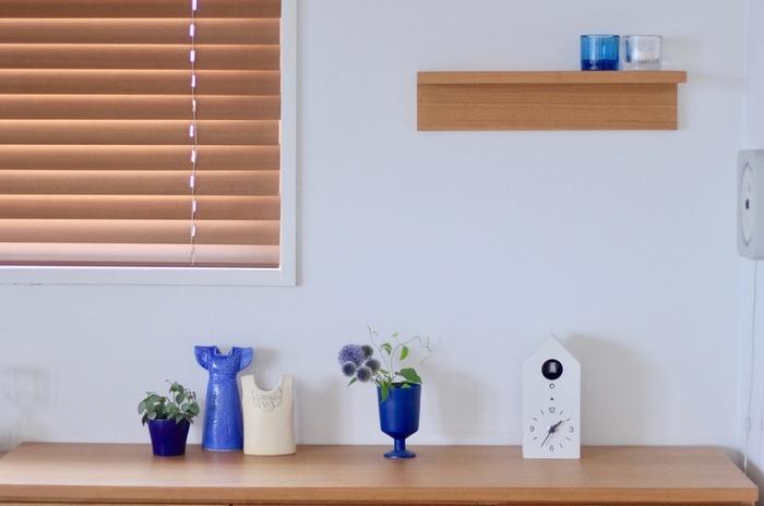 つるっとした質感のワンピース型の花瓶、マットな青がかっこいいグラス、ガラスのキャンドルホルダーなど、夏にぴったりなアイテムを並べて。飾る色を青と白に絞ることで、統一感のあるディスプレイになります。