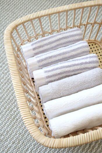 脱衣かごをタオルの収納に。通気性の良いかごは洗面台や脱衣所などの湿度の高い場所での収納にもピッタリ。浅いので取り出しやすく、軽いので持ち運びも楽チンです。