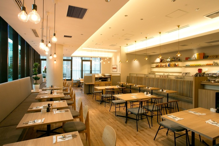 """""""ニューヨークNO.1デザートレストラン""""や""""ニューヨークでブランチを食べたいレストラン""""として世界的に有名な「Sarabeth's(サラベス)」の東京店が、八重洲北口から2~3分ほどのところにあります。開放的な店内で、世界のグルメが絶賛するメニューをいただきましょう。"""