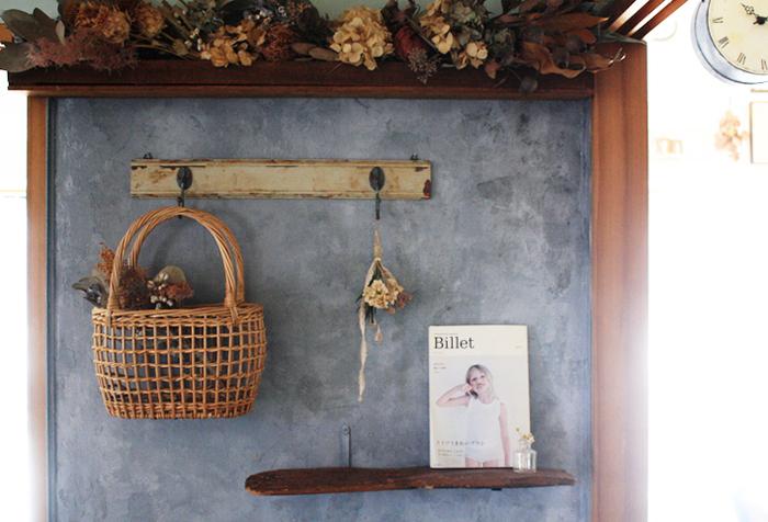 ドライフラワーを入れたかごを壁掛けフックに引っ掛けて。空間をうまく利用したインテリアコーデです。バックの壁の色とマッチしたアンティーク風のディスプレイがとてもステキ。