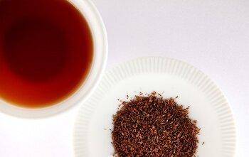 """ルイボスティーは、紅茶や緑茶とは違い、マメ科の一種であるルイボスから作られるお茶です。南アフリカのセダルバーグ山脈でしか育たないお茶で、古くから""""奇跡のお茶""""と呼ばれ愛されてきました。ミネラルが豊富に含まれ、その高い抗酸化作用によって世界から注目されています。種類は、よく見かける赤みがかったレッドルイボスティーと、発酵させていないグリーンルイボスティーの2種があります。機会があったら飲み比べてみてくださいね。"""