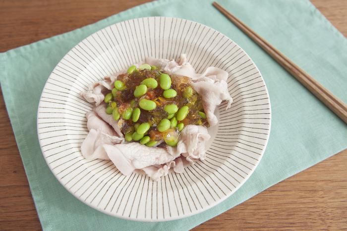 疲労回復に効く豚肉と梅肉を使った一品。枝豆入りの美しいジュレで、お箸がすすみます。夏バテ予防に食べたいですね。