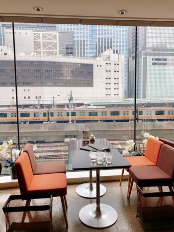 東京駅丸の内北口を出てすぐの丸の内オアゾ4階にある「M&C Cafe(エムシー・カフェ)」は、老舗書店の丸善・丸の内本店に併設されています。このお店が発祥と言われるハヤシライスが名物です。