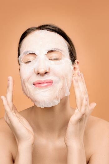 着用時は多湿状態で気付きにくいですが、マスク内の肌は摩擦や水蒸気の蒸発によって、とても乾燥しやすいです。  帰宅後はすぐ、肌に付着した雑菌や皮脂、汗をとるようにメイク落とし&洗顔をしましょう。化粧水とフェイスマスクでたっぷり保湿してあげると◎
