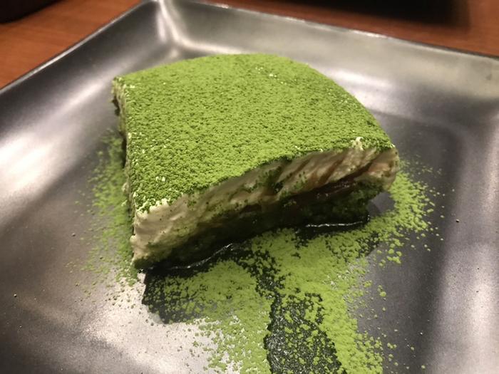 人気の「宇治抹茶ティラミス」は、マスカルポーネチーズの下に小豆が入った、まさに和と洋のコラボレーション。スプーンを入れた瞬間に、抹茶の香りがふわりと広がります。