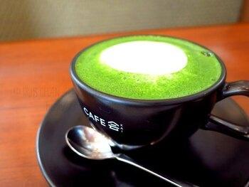濃いグリーンが鮮やかな「宇治抹茶ラテ」は、ほっと癒される甘さがうれしい一杯ですね。