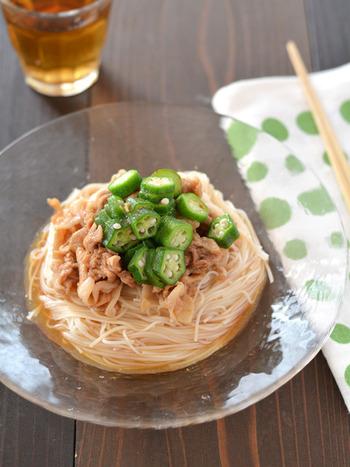 そうめんも「お肉」がつくとグッと食べごたえが増しますよね。こちらの一皿は、まず豚肉に下味をつけてレンジで火を通し、冷ます間にお湯をわかしてそうめんを茹でれば手間もかからず楽ちんです。オクラも茹で上げの30秒前にそうめんの鍋に投入して一緒に茹で上げちゃいましょう!