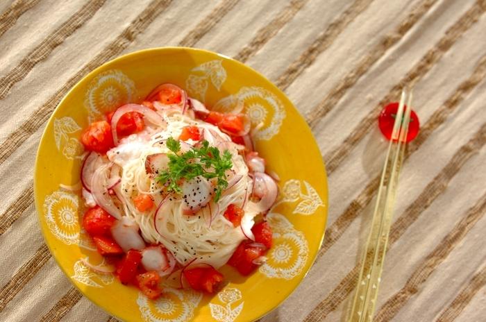「うまみ食材」のトマトはそうめんとの相性のいい食材。たっぷりのトマトにレモン汁やタバスコといった味付けで、ピリッと爽やかに仕上げたサルサ風そうめんです。タコや紫たまねぎといった同系色で彩りよい具を合わせて、夏を乗り切る一皿に。