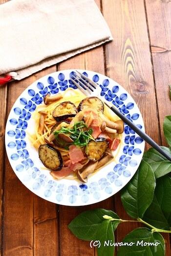 なすのパスタといえばトマトソースが定番ですが、和風にしてみても美味しいですよ。こちらのレシピでは、柚子胡椒と醤油でシンプルに味を調えています。ベーコンときのこの旨味も相まって絶品です。
