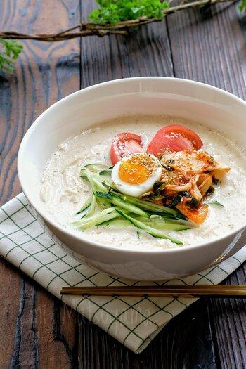 まろやかな豆乳スープの冷たい麺「ゴングクス」は韓国の夏の定番メニュー。きゅうり、トマト、キムチにゆでたまごなどをのせれば、ヘルシーで彩りも鮮やかに仕上げます。