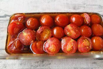ミニトマトを調味料に浸し、レンジで2分加熱するだけの「ミニトマト南蛮漬け」は、そうめんの「のっけ具」にピッタリ。ミニトマトが安いときや、家庭菜園でたくさんなりすぎちゃった…!なんてときに作っておくと便利です。